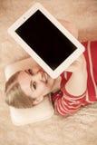 Mujer que sostiene la tableta de la PC Copyspace de la pantalla en blanco Foto de archivo