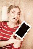 Mujer que sostiene la tableta de la PC Copyspace de la pantalla en blanco Imágenes de archivo libres de regalías
