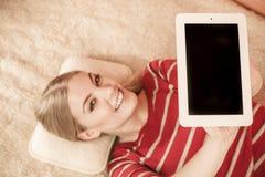 Mujer que sostiene la tableta de la PC Copyspace de la pantalla en blanco Foto de archivo libre de regalías