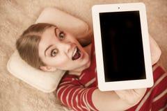Mujer que sostiene la tableta de la PC Copyspace de la pantalla en blanco Fotos de archivo libres de regalías