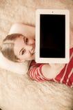 Mujer que sostiene la tableta de la PC Copyspace de la pantalla en blanco Fotos de archivo