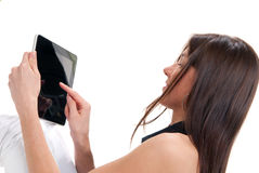 Mujer que sostiene la tablilla electrónica en manos Fotos de archivo