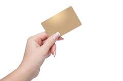 Mujer que sostiene la tarjeta de crédito disponible Fotografía de archivo libre de regalías