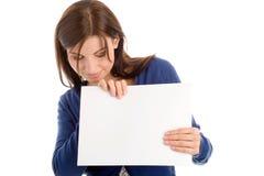 Mujer que sostiene la tarjeta de nota en blanco Fotos de archivo libres de regalías