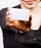 Mujer que sostiene la tarjeta de visita en blanco foto de archivo libre de regalías