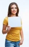 Mujer que sostiene la tarjeta del blanc Fotos de archivo libres de regalías