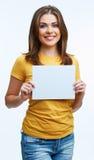 Mujer que sostiene la tarjeta del blanc Foto de archivo libre de regalías