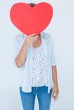 Mujer que sostiene la tarjeta del corazón Foto de archivo libre de regalías