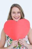 Mujer que sostiene la tarjeta del corazón Imagen de archivo