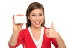 Mujer que sostiene la tarjeta en blanco Imagen de archivo