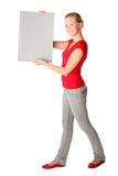 Mujer que sostiene la tarjeta en blanco Fotos de archivo libres de regalías