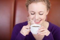 Mujer que sostiene la taza de café fotos de archivo libres de regalías