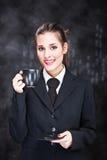 Mujer que sostiene la taza de café negra Fotografía de archivo