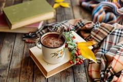 Mujer que sostiene la taza de chocolate caliente Chocolate caliente en tabl de madera Foto de archivo libre de regalías