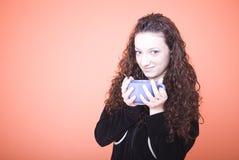 Mujer que sostiene la taza de té grande Imagen de archivo