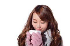 Mujer que sostiene la taza en invierno Imagen de archivo
