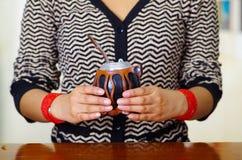 Mujer que sostiene la taza tradicional del compañero con la paja típica del metal que se pega para arriba, bebida herbaria surame Fotografía de archivo libre de regalías