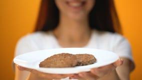 Mujer que sostiene las chuletas, porcentaje de la carne en hamburguesas, calidad de la soja de los alimentos de preparación rápid almacen de metraje de vídeo