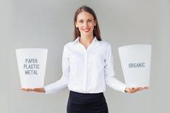 Mujer que sostiene las papeleras de reciclaje foto de archivo libre de regalías