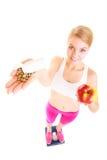 Mujer que sostiene las vitaminas y la manzana Cuidado médico Imágenes de archivo libres de regalías