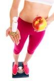 Mujer que sostiene las vitaminas y la manzana Cuidado médico Fotos de archivo