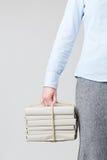Mujer que sostiene los libros como paquete foto de archivo libre de regalías
