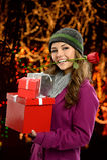 Mujer que sostiene los regalos Imágenes de archivo libres de regalías