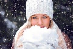 Mujer que sostiene nieve en las manos Fotografía de archivo