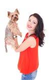 Mujer que sostiene su terrier de Yorkshire del pequeño perro Fotos de archivo