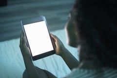 Mujer que sostiene Tablet PC en la maqueta de la noche Imagenes de archivo