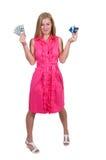 Mujer que sostiene 100 tarjetas de los billetes de dólar y de crédito Imagen de archivo