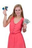 Mujer que sostiene 100 tarjetas de los billetes de dólar y de crédito Fotos de archivo