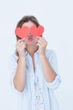 Mujer que sostiene tarjetas del corazón Fotos de archivo
