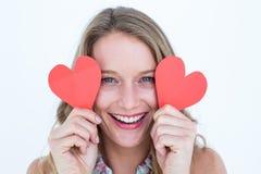 Mujer que sostiene tarjetas del corazón Imagen de archivo
