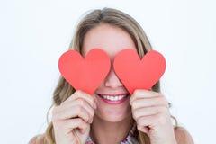 Mujer que sostiene tarjetas del corazón Imágenes de archivo libres de regalías