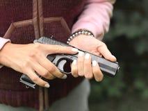 Mujer que sostiene un arma cargado foto de archivo libre de regalías
