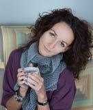 Mujer que sostiene un casquillo Imagen de archivo libre de regalías