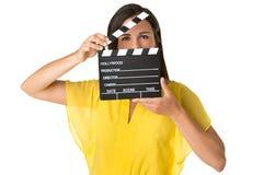 Mujer que sostiene un clapperboard Imagenes de archivo