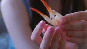 Mujer que sostiene un cráneo del pájaro en su mano almacen de video