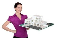 Mujer que sostiene un edificio modelo Imágenes de archivo libres de regalías