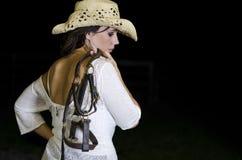 Mujer que sostiene un halter Imagen de archivo