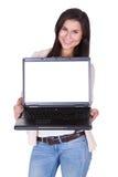 Mujer que sostiene un ordenador portátil en blanco Fotos de archivo libres de regalías