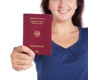 Mujer que sostiene un pasaporte alemán Fotografía de archivo libre de regalías