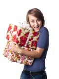 Mujer que sostiene un rectángulo de regalo Imágenes de archivo libres de regalías