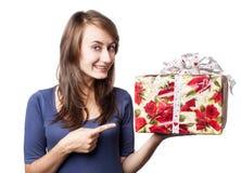 Mujer que sostiene un rectángulo de regalo Imagenes de archivo