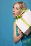 Mujer que sostiene un regalo Imagenes de archivo