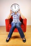 Mujer que sostiene un reloj Imágenes de archivo libres de regalías