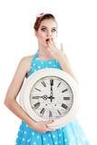 Mujer que sostiene un reloj Fotos de archivo libres de regalías