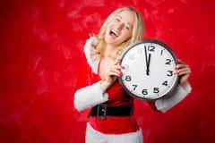 Mujer que sostiene un reloj grande por el Año Nuevo Foto de archivo
