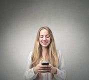 Mujer que sostiene un teléfono móvil Imagenes de archivo